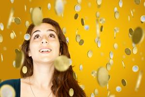 Frau im Goldregen