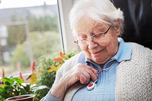 Die Kosten für ein Hausnotrufsystem und auch die Unterbringung in einer Pflege-WG lassen steuermindernd geltend machen.
